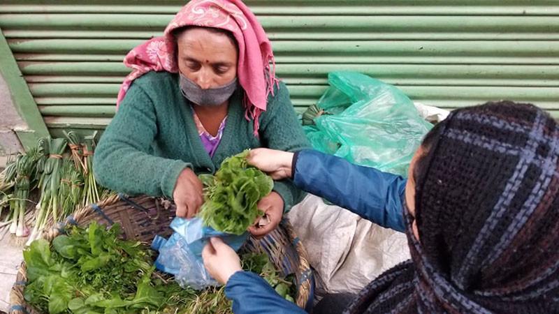 कोरोना कहर : चामल किन्नका लागि साग बेच्नेको पीडा